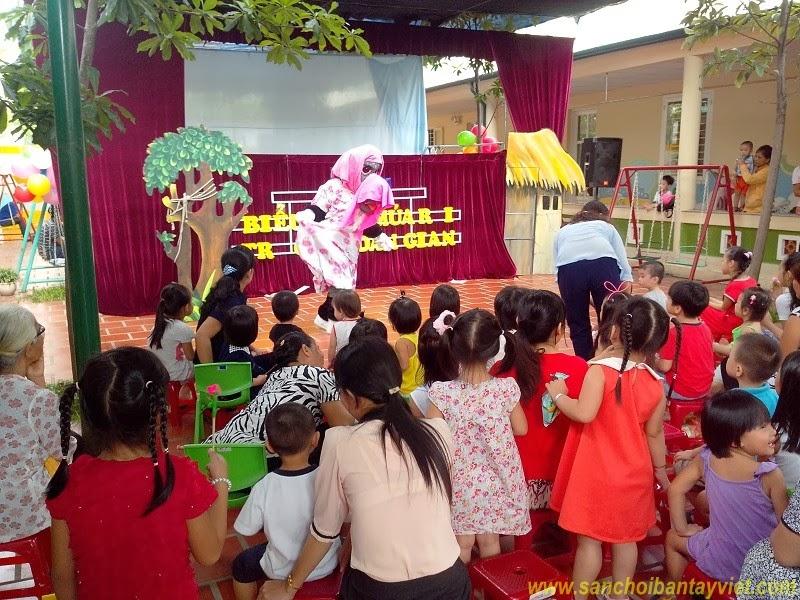 Trẻ xem múa rối