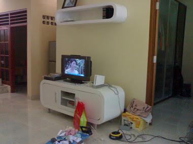 Meja TV & ambalan rak buku