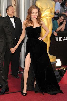 sexy y sonriente angelina jolie en los oscars 2012 enseñando la pierna