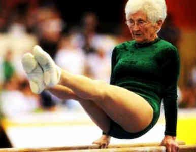 Idosa de 86 anos surpreende nas barras paralelas