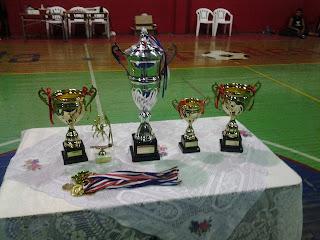 La copa del campeon, las medallas del campeon y el premo a Ignacio por el mejor jugador