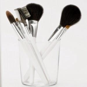 tidak membersihkan alat makeup adalah kesalahan kecantikan umum