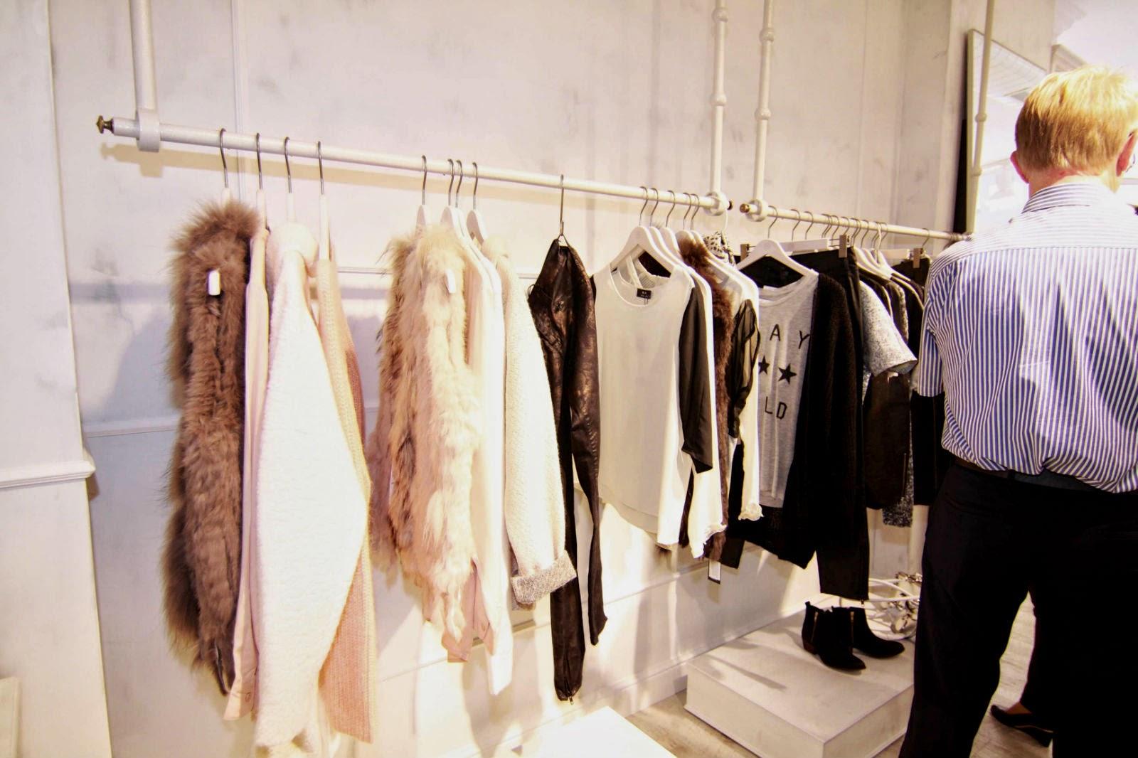 Kleider an der Stange im Mondelli Concept Store Würzburg