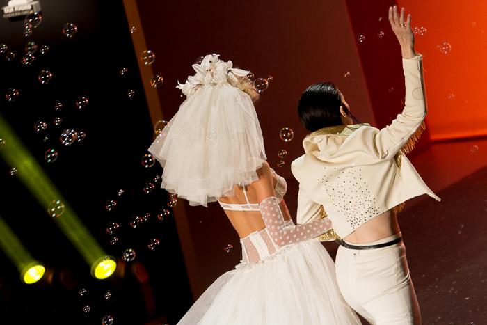 Boda de Elvis con Bimba Bose Lenceria lujo conjunto MBFW Madrid Desfile Otoño Invierno 2015: Welcome to Fabulous ANDRÉS SARDÁ Pompas de jabon