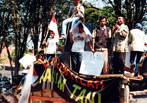 aksi di depan gedung DPRD Jember
