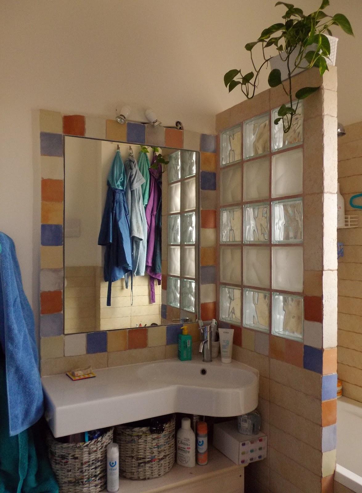 non ho ancora un vero mobiletto da bagno cos per il momento utilizzo un tavolino ixea ed un carrellino in miniatura