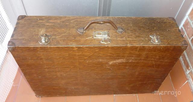 http://merrajo.blogspot.com.es/2015/11/maleta-reciclada-ahora-con-patas.html