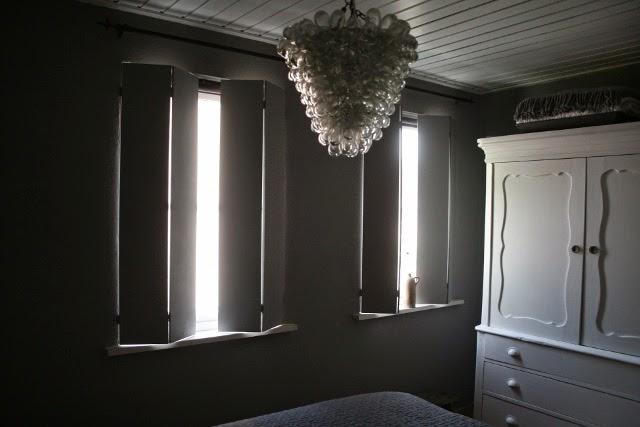 Oude Slaapkamer Verkopen : Aan de luiken achter het bed hangen ...