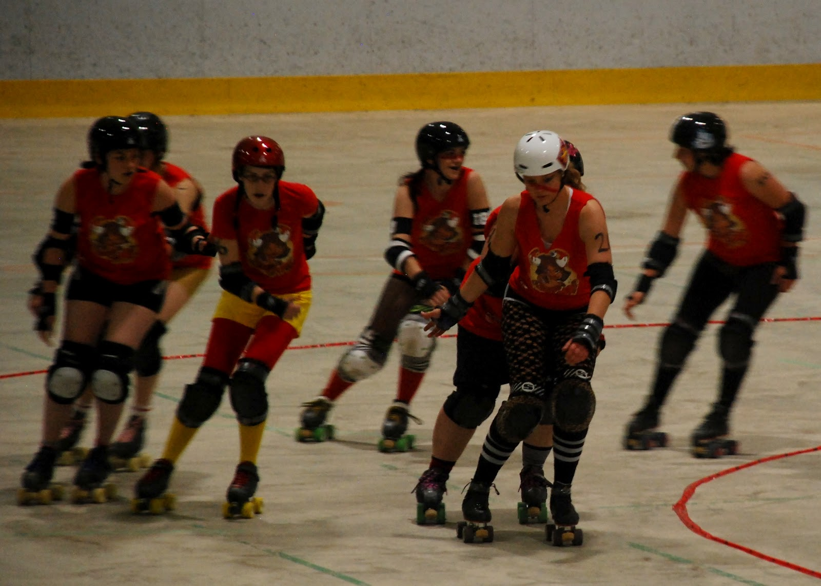 Roller skating quebec city - Ewen In The White Helmet Regularly Plays As The Jammer The Player On Each Team Able To Score Points By Passing All Five Players On The Other Team