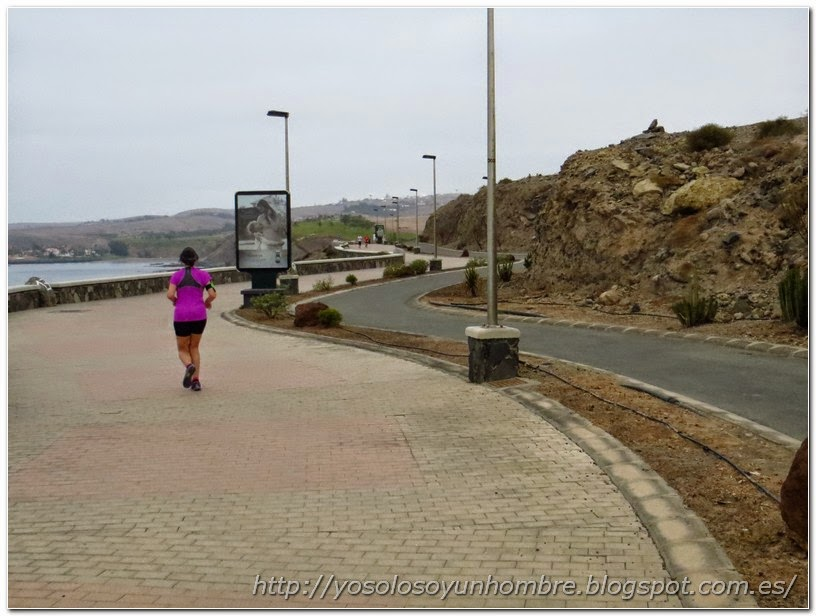Otro tramo del Paseo Marítimo hacia Playa Meloneras y mi señora corriendo