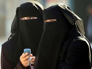 السعودية:  ضبط فتاتين جامعيتين مع رجل في محل عصائر في الطائف