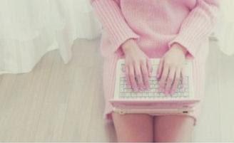 leitora, laptop rosa