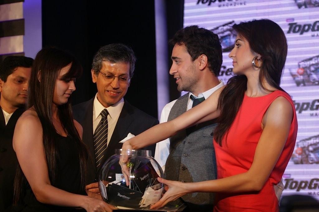 http://2.bp.blogspot.com/-j2AwFZk2KkA/TbvCWBs8chI/AAAAAAAAE1c/sBiUcbxSLPY/s1600/Imran-Khan-and-Anushka-Sharma-re-launched-BBC-Top-Gear-Magazine-057.jpg