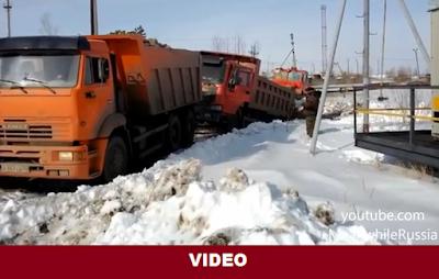 Δείτε...ένα ρωσικό φορτηγό μάρκας Kamaz να τραβά ένα κινέζικο φορτηγό που έχει κολλήσει