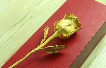 Bông hồng được chế tác tinh xảo bằng vàng nguyên chất với trọng lượng 5,1 lượng, có giá trị khoảng 200 triệu đồng. Ngoài vẻ đẹp thẩm mĩ bông hoa còn có giá trị lưu giữ rất lâu.