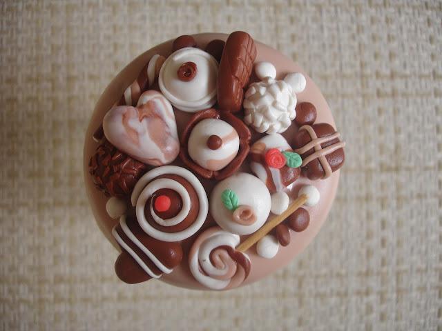 Doces de chocolate, vidro decorado em biscuit