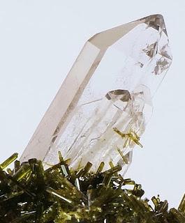 De fins bâtons d'épidotes en inclusion à l'intérieur du quartz