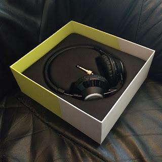 kuulokkeet laatikossaan
