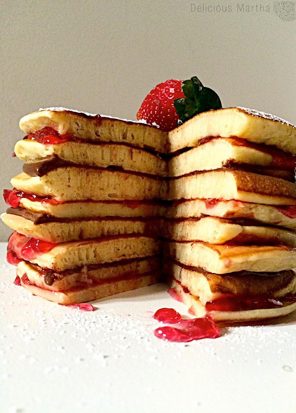 Pastel de tortitas con chocolate y mermelada de pétalos de rosa