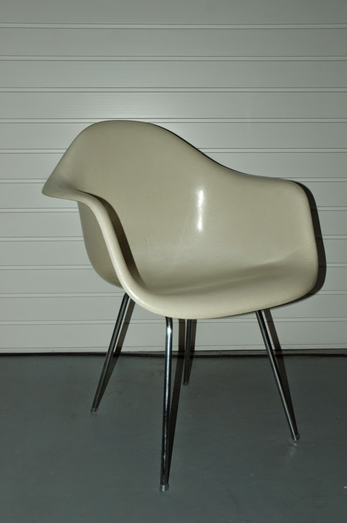 Steeloft chaises herman miller dax chair de ray et for Charles eames prix
