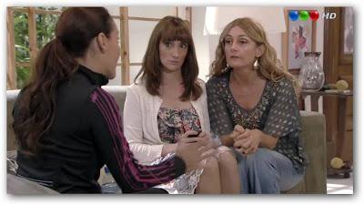 Mecha pidiendo ayuda a Helen y Norita