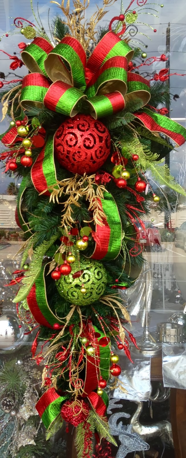 How to decorate a teardrop wreath for Red and green christmas decorations