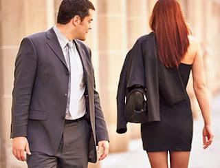 3 Hal Yang Membuat Pria Selalu Melirik Wanita Lain