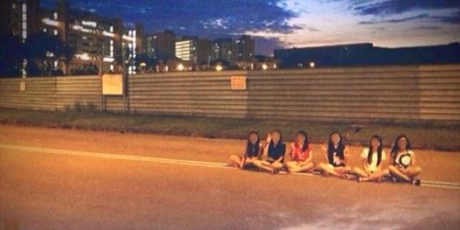 Tingkah Aneh Remaja Singapura yang Gemar Nongkrong di Tengah Jalan Raya