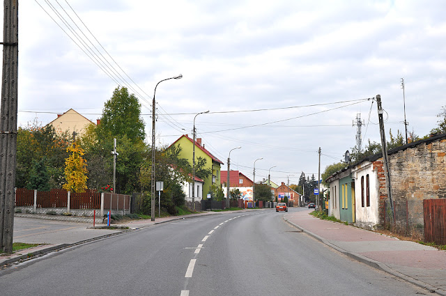 """Końskie, ulica Krakowska. Naprzeciwko krzyża """"wspaniała"""", parterowa zabudowa zachowana w kilku grupach budynków na tej ulicy. Fot. KW."""