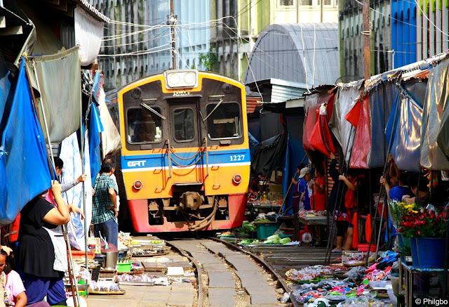 Train dans le marché de Maeklong en Thailande