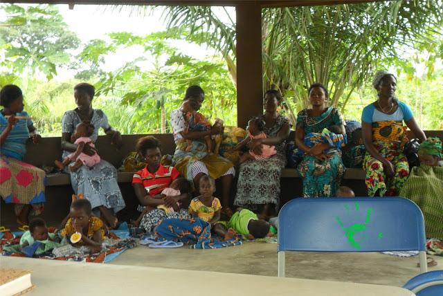 Mamme e bambini in attesa per il controllo della crescita in Africa