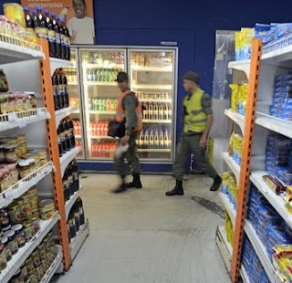 Military patrolling supermarkets during food shortage to prevent violence