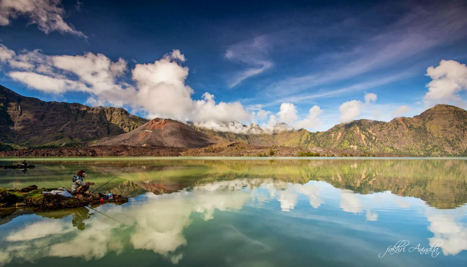 Climbing mount rinjani package lombok island indonesia about us - Lake Segara Anak An Altitude 2000m Of Mount Rinjani