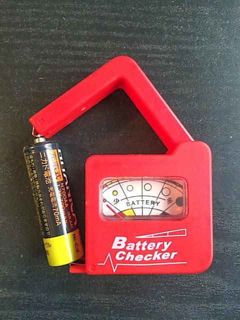 ハンドルを上げてメタル部分の間に電池を差し込みます