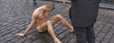 Pintor russo crava testículos na Praça Vermelha