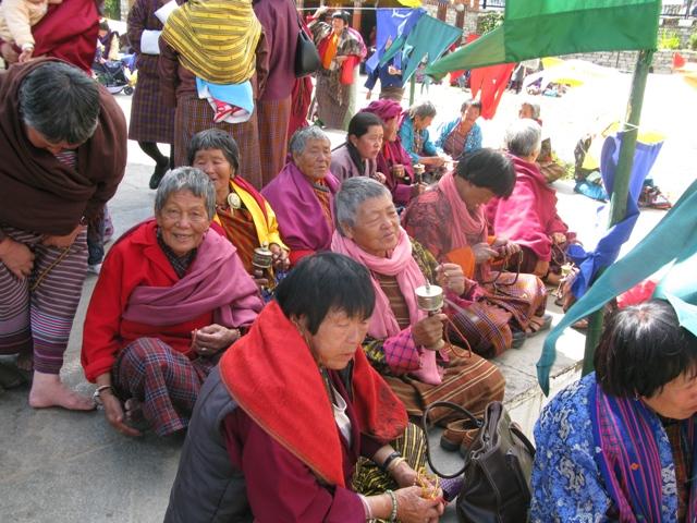 mujeres en templo en Bután
