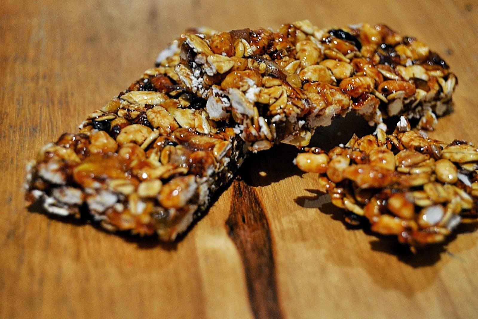 Barritas de cereales casera con avena, arroz inflado, miel y frutas secas