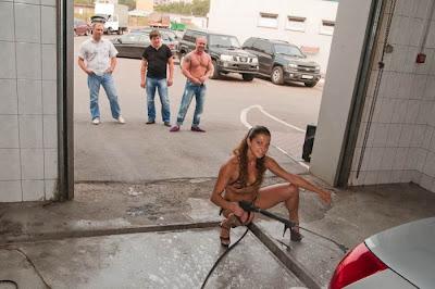 rusas lavan coches en bikini
