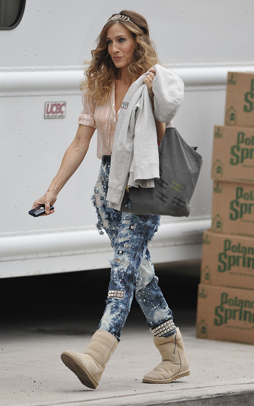 carrie bradshaw sarah jessica parker satc sex and the city movie 2 bleached jeans uggs
