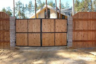 Забор из профлиста под дерево, камень. Фото 14