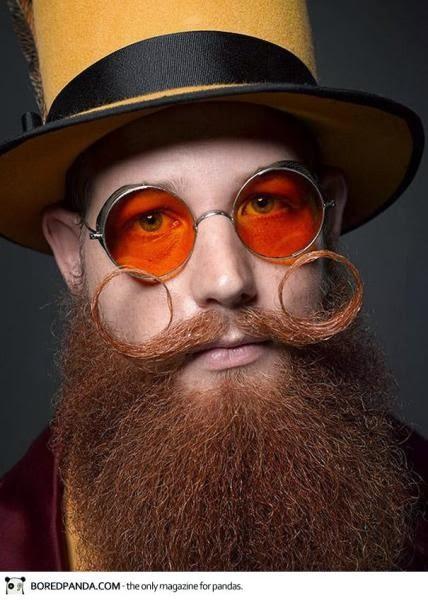 усатый мужик в очках
