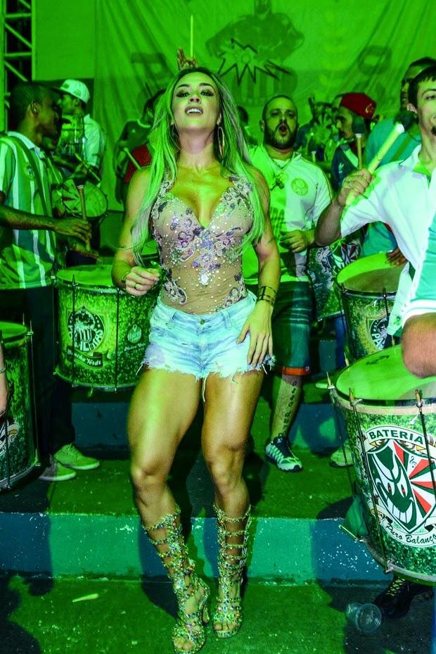 Juju Salimeni arrasa de shortinho e decotão na quadra da escola de samba Mancha Verde