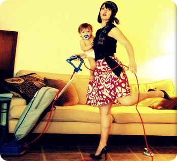 Latina hace las tareas del hogar desnuda - putanudacom