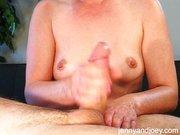 Esposa fazendo massagem na pica do marido