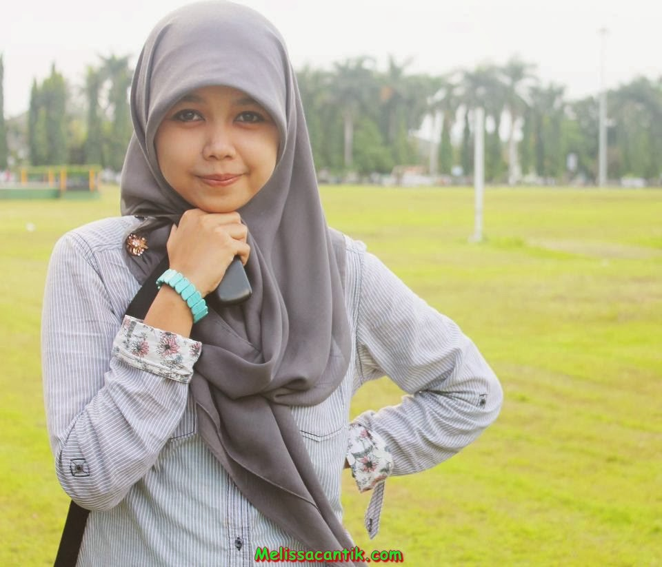 Cute Indonesian Nurse Wearing Hijab Pictures 2014