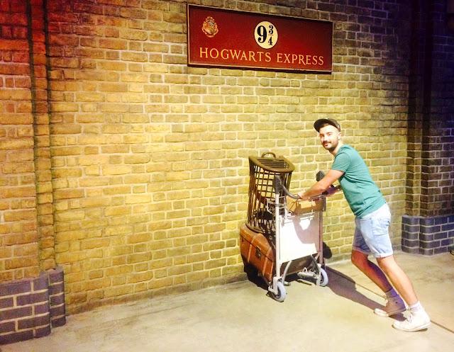 The Making of Harry Potter - Platform 9 3/4 Hogwarts Express