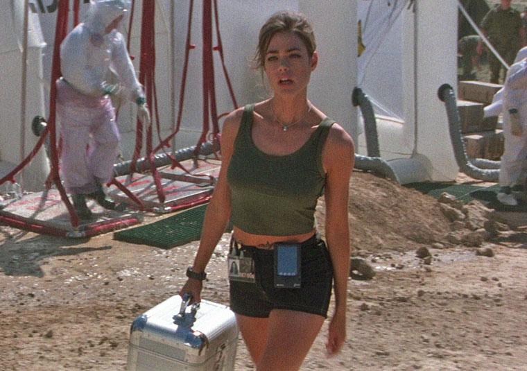Dr. Christmas Jones (Denise Richards) in DIE WELT IST NICHT GENUG (1999). Quelle: Sony Blu-ray