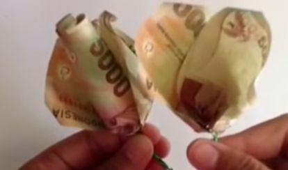 Gambar seni melipat uang kertas menjadi mahar