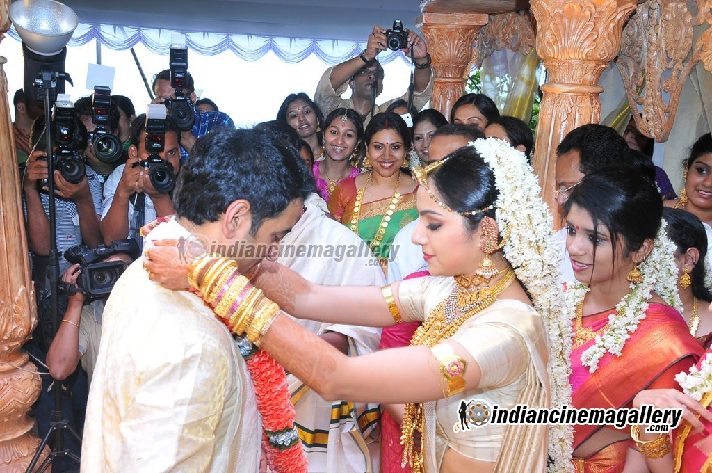 Samvritha Sunil Marriage Wedding Reception Photos Affordable Actor