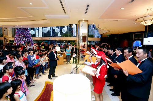 Khách sạn Sheraton Saigon tổ chức nghi lễ thắp sáng cây thông Giáng Sinh 2014 - 1